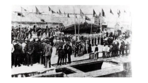 Botadura del Submarino Peral en el Arsenal de la Carraca (fuente colec. A. Arévalo))