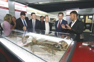 Alberto Núñez Feijóo y Abel Caballero, con Román Rodríguez y López- Chaves contemplan los restos de un habitante del castro de Punta do Muíño do Vento, hallado en los terrenos del museo. ANA BAENA.